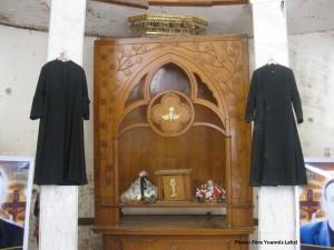 Symbole de cette persécution, à Bagdad en Irak : les tuniques des deux jeunes prêtres assassinés en pleine célébration de la messe, le dimanche 31 octobre 2010, basilique Notre-Dame-du-Sauveur. (photo : Father Yoannis Lahzi Gaid