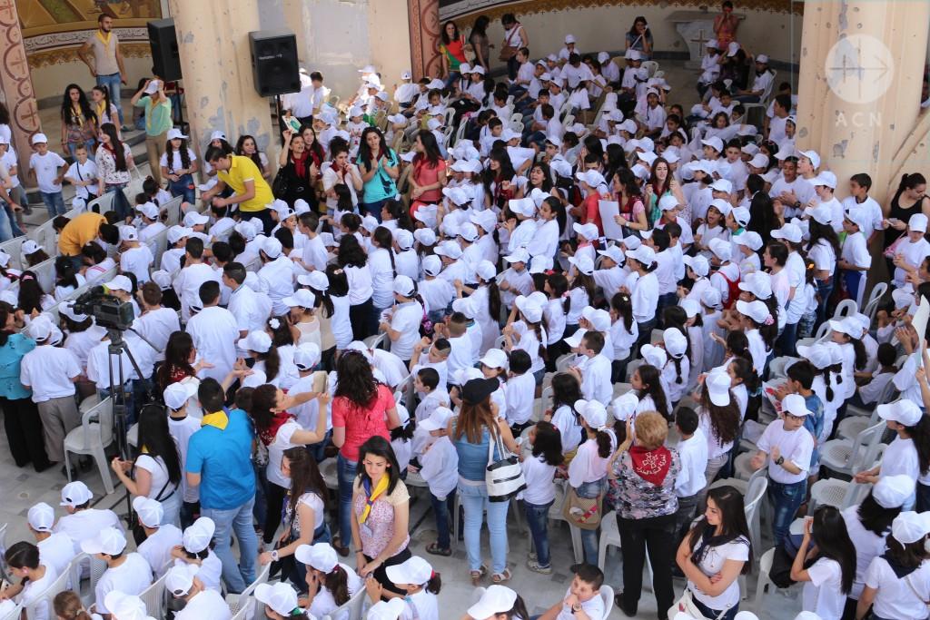 1er Juin: les enfants réunis dans les ruines de la cathédrale Notre-Dame-de-la-Paix à Homs, prient pour la paix en Syrie.